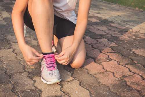 runner tying shoe